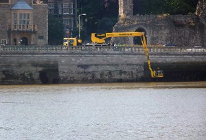 Esplanade-1---cleaning-&-inspection-of-the-river-wall