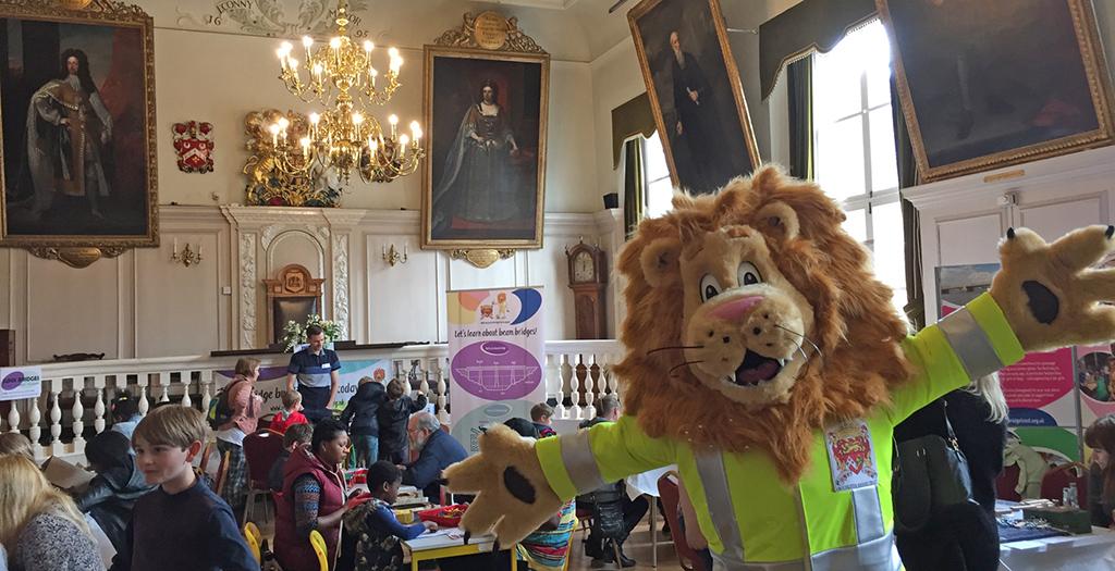 Langdon the Lion crowd